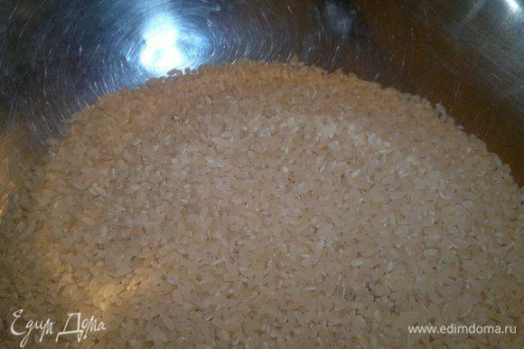 Рис помыть, выложить часть в казанок, затем подготовленный изюм и накрыть оставшимся рисом. Из приправ мама кладет в плов только барбарис. Накрыть крышкой