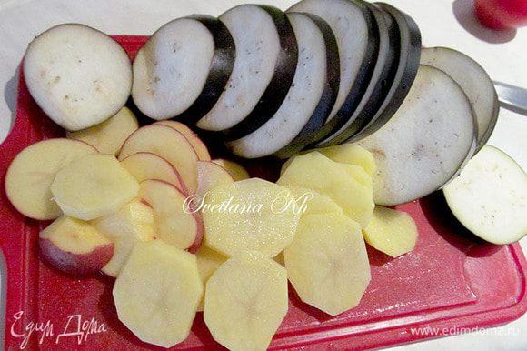 Баклажан, луковицу и картофель нарезать кружочками. Картошку нарезать, как можно тоньше. Подготовить остальные овощи. Чеснок и зелень измельчить. Форму хорошо смазать растительным маслом.