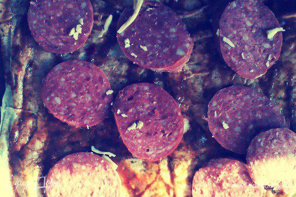 На лаваш выложить колбасу и сыр.
