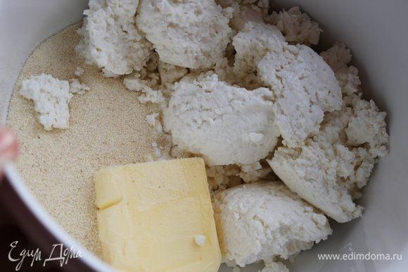 В чаше блендера смешать творог, сливочное масло, 100гр сахар,1ст.л. крахмал и манную крупу.Взбить до однородной массы
