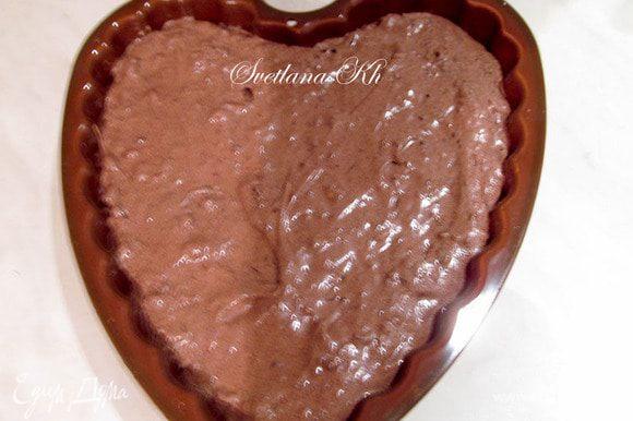 Тесто выложить в силиконовую форму, поставить в духовку. Выпекать 45-50 минут, при 170 гр. Затем остудить, не вынимая из формы. Готовый пирог полить ганашем. Для этого сливки нагреть,добавить шоколад и масло. Смешать все до гладкости и полить пирог. Дать глазури застыть в холодильнике.....Украсить белым шоколадом. Я смешала его с вином.