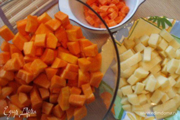 Чистим овощи и режем картофель, тыкву и морковь кубиками.