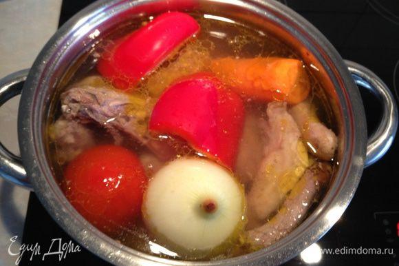 Когда курица закипит, снять пену и добавить овощи целиком, варить на медленном огне под закрытой крышкой до готовности курицы. Не солить...