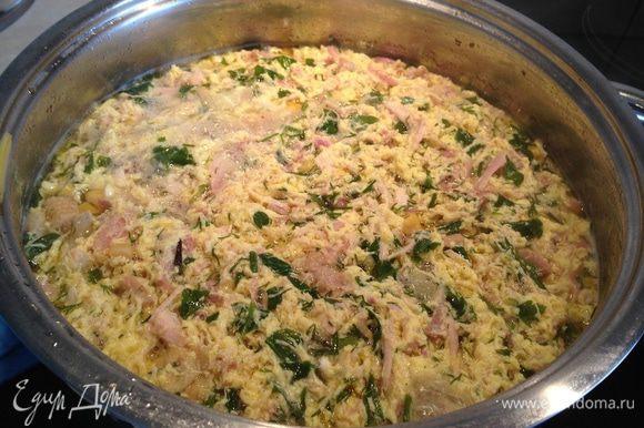 Постоянно помешивая суп, влить тонкой струйкой яйца. Довести до кипения, выключить и дать отдохнуть под крышкой минут 5...