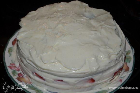 Сверху клубники покроем глазурью, затем слой бисквита и оставшуюся глазурь распределим по всему торту.