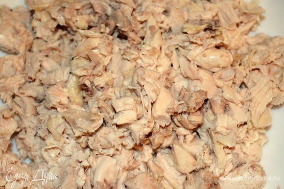 готовим начинку № 1: куриное филе отварить и мелко нарезать. Можно взять говядину..или даже обжарить фарш...