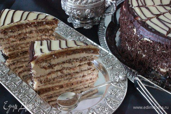 Бока торта украсила шоколадной соломкой, из-за не достаточного количества дома миндальных лепестков:)