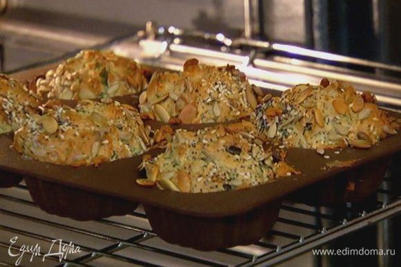 Выпекать булочки в разогретой духовке 25 минут.
