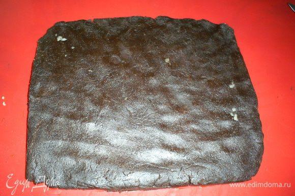Шоколадное тесто раскатываем в пласт толщиной около сантиметра и длинной равной длине колбаски. Ширины пласта должно хватить ровно на один оборот вокруг белой колбаски.