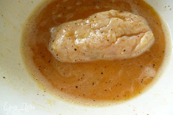 В мисочке взбить два яйца с солью и молотым перцем,окунуть каждую котлету в эту смесь,дать немножко стечь излишкам и обжарить (сначала пару минут со стороны шва,а затем переворачиваем) с двух сторон до золотистой корочки на растительном масле в сковороде. Огонь должен быть небольшим.Во время обжаривания время от времени переворачивать котлету,что бы она готовилась равномерно. Приятного вам аппетита!
