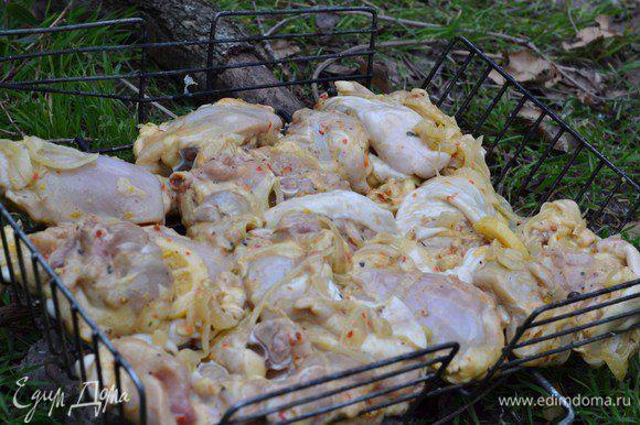 Мясо уложить на сетку или надеть на шампура.