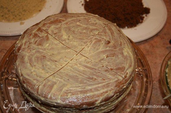 Положить коржи друг на друга, чередуя цвета и обмазывая каждый корж кремом. На поверхности торта начертить ножом две перпендикулярные линии, таким образом разделяя круг на четыре равных сектора.