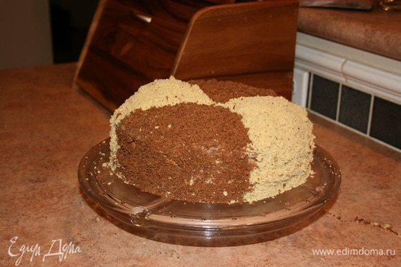 Чередуя цвета, посыпать торт крошкой. Поставить пропитываться в холодильник на, как минимум, 5 часов.