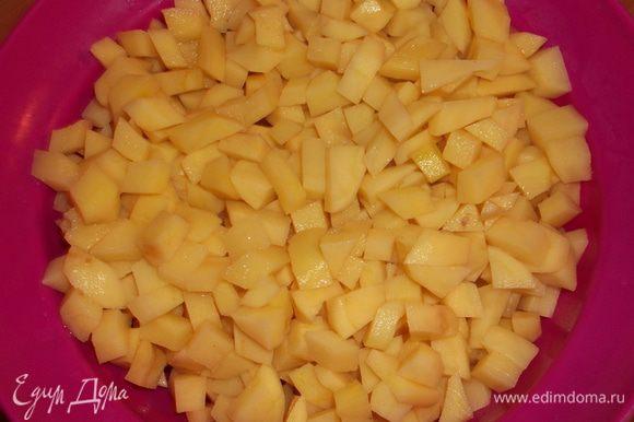 чистим и нарезаем небольшими квадратиками картошку