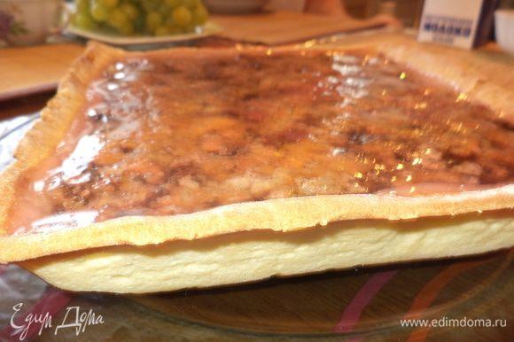 Вот он и готов самый полезный пирог!!! Тонкое тесто, шоколад и много солнечной пищи!!! Он получился сразу немного суховатым (корж и твердый шоколад, но, полежав немного с завтрака до обеда в пакете, стал просто идеален - великолепно режется, не крошится, оторваться невозможно, а самое главное - осознание того, насколько это полезная выпечка!!!!!!!