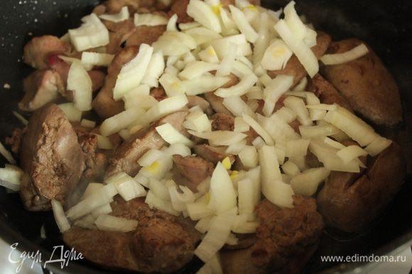 Быстро обжарить на оливковом масле, добавить лук и тушить еще 5-7 минут на слабом огне.