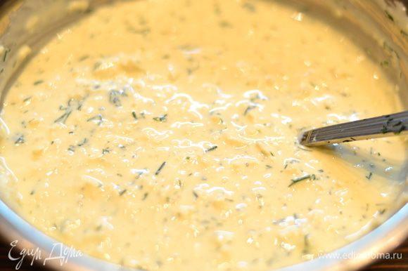 Вливаем яичную смесь в плавленный сырки и ложкой все размешиваем,солим,перчим,добавляем мелко нарезанный чеснок и зелень.