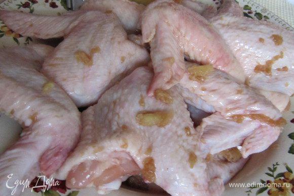 К крылышкам добавить 2 ст л соевого соуса, чуть-чуть подсолить. Натереть кусочек имбиря (2см) и смазать крылышки. Дать промариноваться не менее 1 ч.