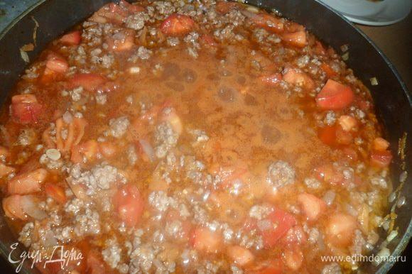 Затем измельченные помидоры, вино, посолить и поперчить, тушить 1 час.
