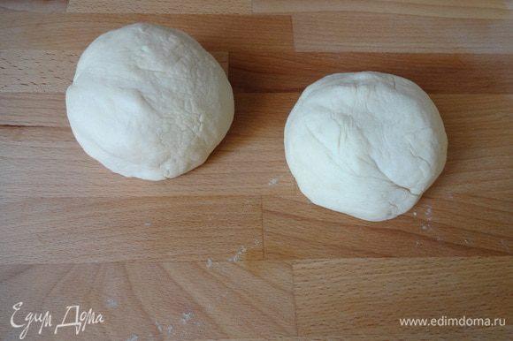 Замесить тесто, чтобы не липло к рукам. Разделить тесто на 2 части.
