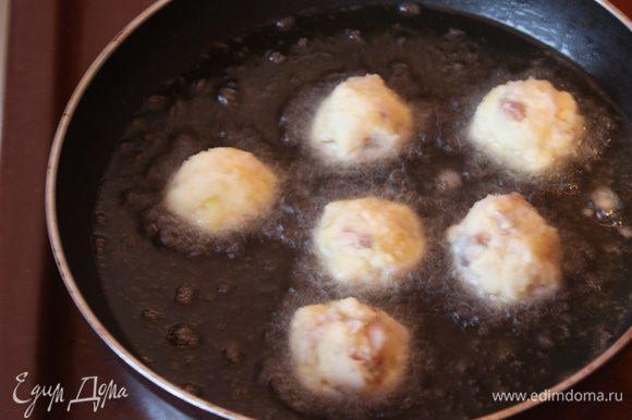 Разогреваем масло в глубокой сковороде или во фритюре,формируем руками наши крокеты и кидаем в масло.