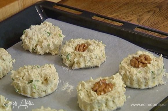 Противень выстелить бумагой для выпечки, выложить булочки, на каждую булочку положить грецкий орех и слегка вдавить его в тесто.