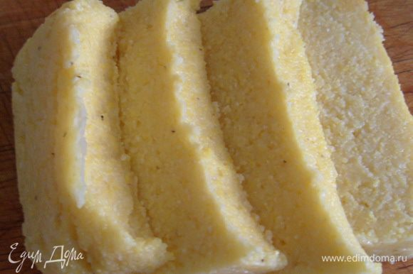 Порезать охлажденную поленту брусочками или пластинами (примерно 1,5 см. толщиной).