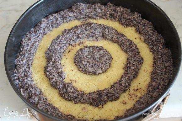 Выложить маковую начинку в кондитерский мешок с насадкой, имеющей круглое отверстие. Выложить на корж в середину и еще 2 кольца на расстоянии 2-3 см