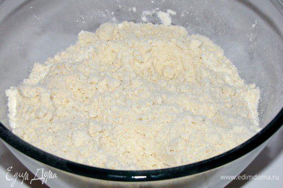Муку просеять в миску, перетереть со сливочным маслом в крошку.