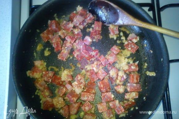 Обжарить чоризо с луком и чесноком на оливковом масле. Желательно это делать в той сковороде, которую можно будет поставить в духовку.
