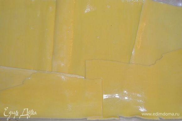 форму для запекания смазать сливочным маслом (у меня она стеклянная 25х20 см) выложить на дно 6 листов лазаньи. Я заранее спланировала количество листов - ровно 18. У вас могут быть другие листы, прикиньте заранее, сколько вам понадобится под вашу форму.