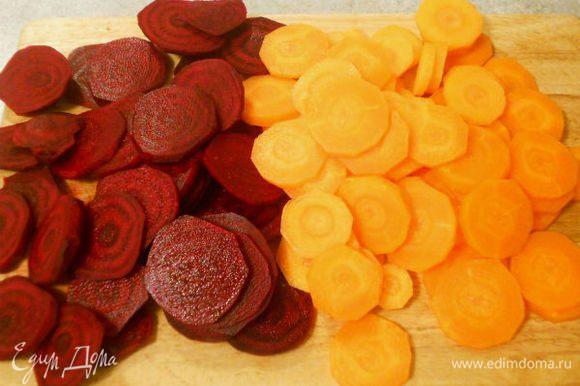 Свеклу и морковь почистить и нарезать кружочками.