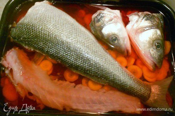 На дно сотейника положить промытую луковую шелуху, затем свёклу и морковь, фарш в коже, рыбью голову, скелетик. Из излишков фарша сформовать котлетки и тоже положить их в сотейник. Залить холодной водой так, чтобы только покрыть всё это.