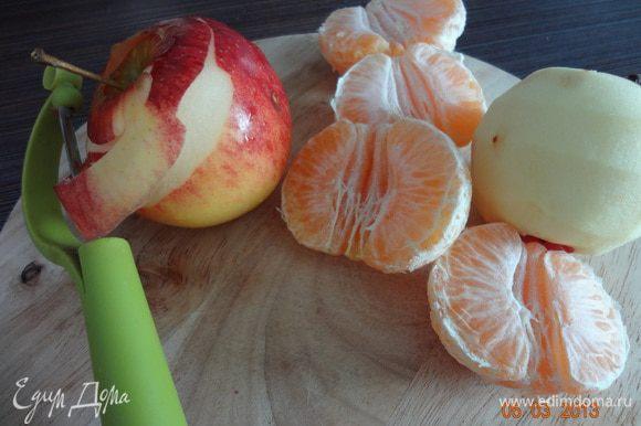 Очистить яблоки от кожуры, разрезать пополам, удалить сердцевину, мандарины также почистить.