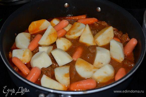 За полчаса до готовки добавим морковь, картофель.Если жидкости убавилось много добавьте воды.Готовим до готовности овощей.