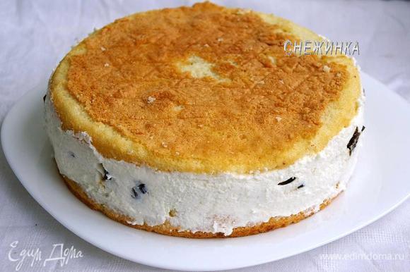 Теперь выкладываем вторую половину суфле и накрываем оставшимся коржом, слегка придавив его. Ставим торт в таком виде в холодильник на 1,5-2 часа для застывания суфле. Затем вынимаем торт на блюдо и освобождаем от бумаги.