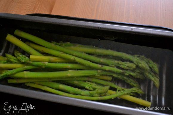 Отварить спаржу в подсоленной воде около 15 минут. А можно и в пароварке! Готовую спаржу достать из кастрюли, где она варилась м сразу выложить в очень холодную воду, желательно положить туда даже лед! Это поможет сохранить овощу красивый яркий зеленый цвет! Дать остыть, и выложить на сервировочное блюдо, удалив предварительно излишек воды.
