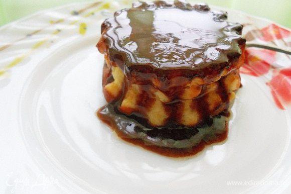 Когда сырник испечется достать из духовки и остуить прям в форме, затем извлечь и можно полить растопленным шоколадом.