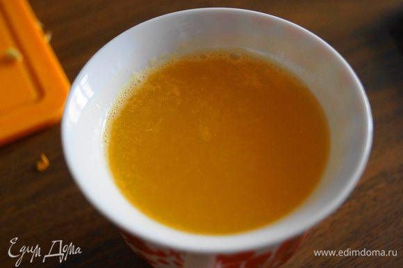 Отжать сок из апельсина и лимона
