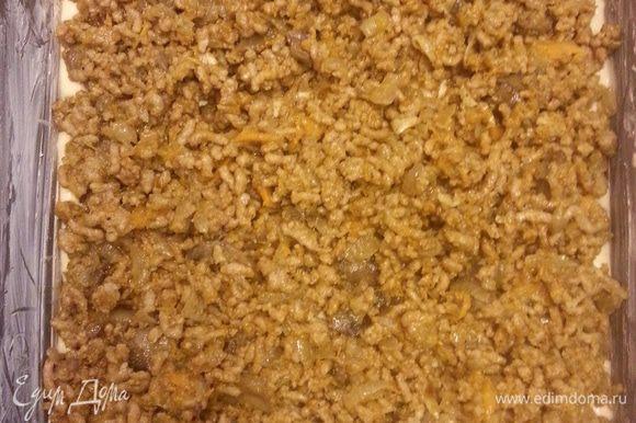 Обжариваем лук и морковь (тыкву) на растит.масле, добавляем грибы и фарш, жарим до готовности. В форму, смазанную маслом выливаем половину теста (оно должно быть жидкое, как на оладьи) Выкладываем начинку.