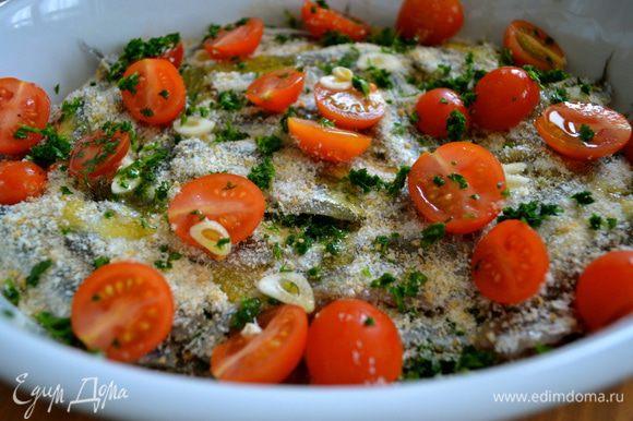 Наши кильки готовы отправиться в предварительно разогретую до 220 С духовку. Остается еще сбрызнуть их немного оливковым маслом. И поставить запекаться на 15 мин.