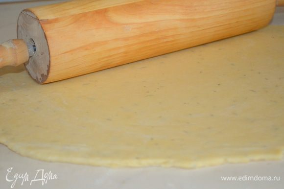 тесто раскатать в пласт толщиной 0,5 см