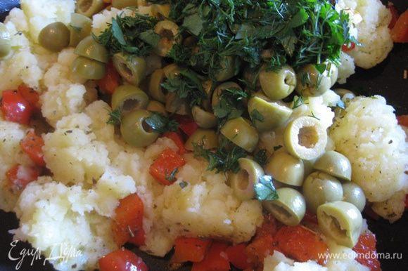Картофель отварить в подсоленной воде до готовности. Тем временем перец порезать не крупно, посолить и обжарить до мягкости. Оливки порезать на половинки или четвертинки и добавить к перцу, потушить их немного вместе. Картошку размять либо вилкой, либо толкушкой, но не в пюре, а так, чтобы оставались кусочки. Отправить картошку к перцу и оливкам, добавить прованские травы и обжарить до золотистой корочки.