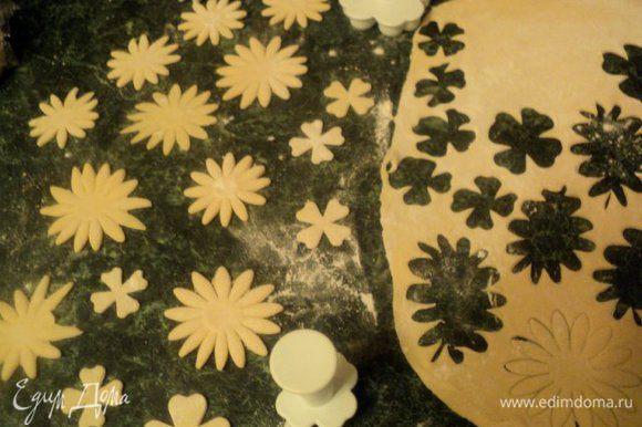 Затем пельменное тесто раскатать в пласт толщиной 3 мм и вырезать цветочки и фигурки при помощи ножа, различный выемок и просто подручных средств, как подскажет ваша фантазия.