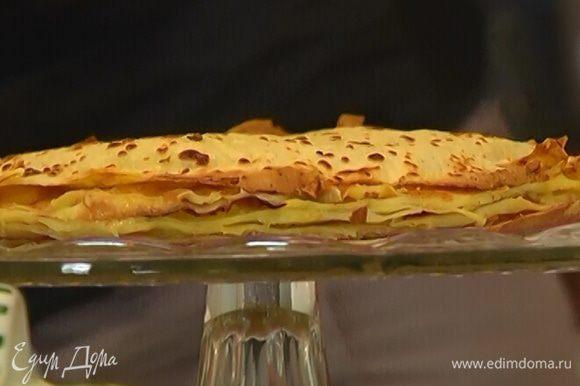 Срезать у готового торта неровные края, посыпать его сахарной пудрой и смазать бока оставшимся кремом.