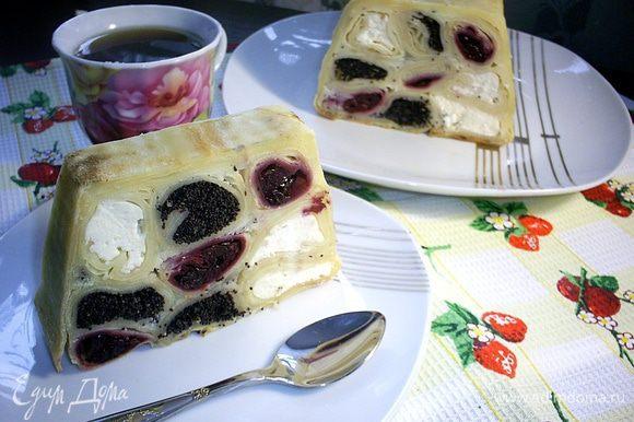 Ну вот томительное ожидание уже позади. Пирог остыл и можно нарезать его и наслаждаться вкусом и эстетическим видом! Приятного вам аппетита!