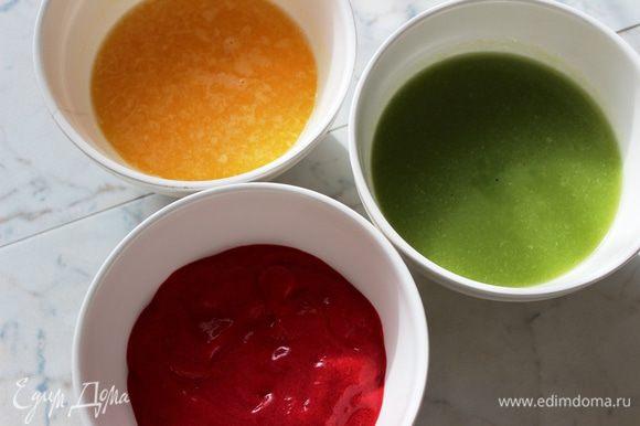 Отжать сок из двух апельсинов и добавить сахарную пудру...все тщательно перемешать (вышло 200 г). Получается три заготовки...зеленая, красная и желтая: из киви, малины и апельсина