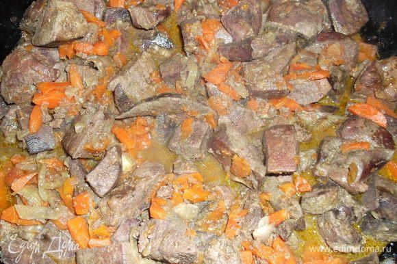 для начинки нарезаем печень, лук, морковь небольшими кусочками, соли, перчим и обжариваем на масле до готовности