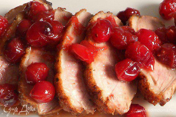 Утиные грудки нарезать наискосок, разложить на тарелки и полить ягодным соусом.