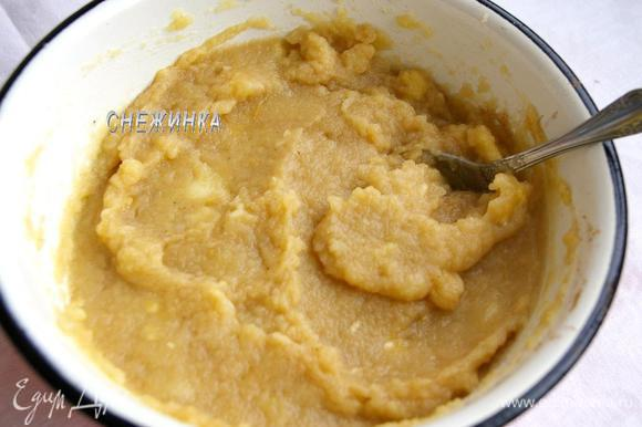 Пюрируем яблочную массу при помощи блендера. Добавляем банан кусочками, снова пюрируем. В конце добавляем корицу и перемешиваем. Крем готов.